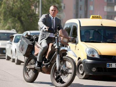 James Bond, Tampil Action Diatas Sepeda Motor