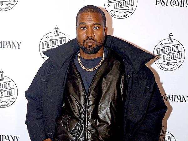 Bertingkah Aneh, Kanye West Kencingi Piala Grammy
