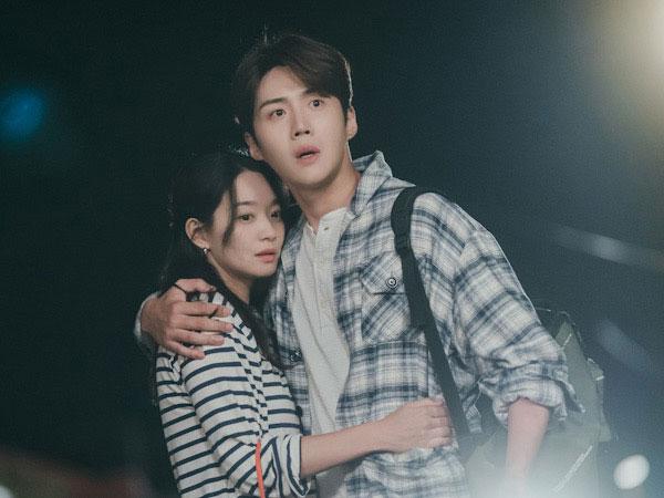Kim Seon Ho dan Shin Min Ah Terkejut Saat Kepergok Lagi Pelukan di Hometown Cha-Cha-Cha