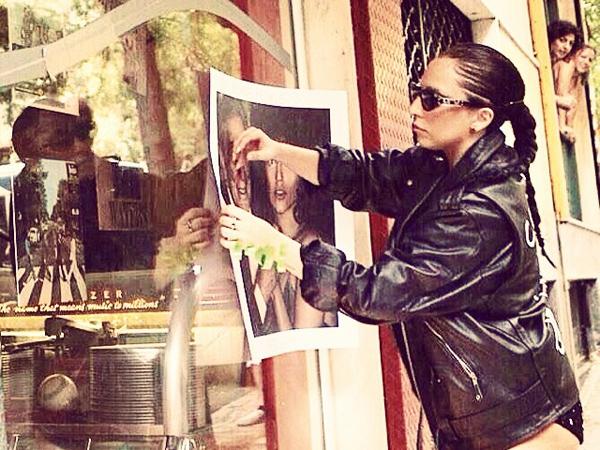 Promosi Album Baru, Lady Gaga Tempelkan Sendiri Posternya di Pinggir Jalan!