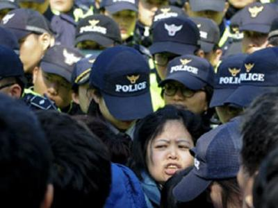 Korban Tewas Sudah Capai 49 Orang, Orangtua Siswa Korban Kapal Sewol Ngamuk