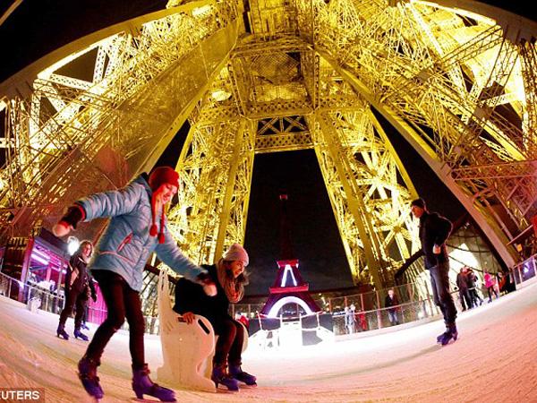 Yuk, Intip Keseruan Bermain Ski Es di Puncak Menara Eiffel!