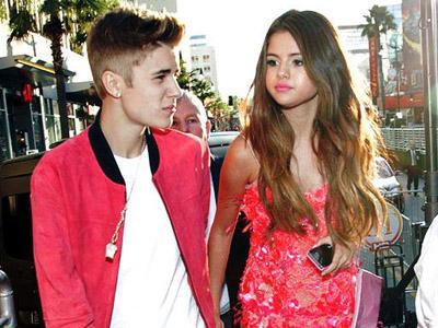 Tak Mau Diganggu Saat Jalan Bareng Selena Gomez, Justin Bieber Blokir Jalan