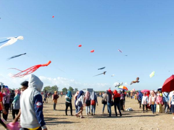 Intip Serunya 'Surabaya International Kite Festival' yang Diikuti oleh 11 Negara Yuk