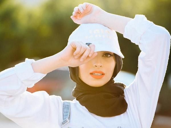 Heboh, Jurnalis Berhijab Jadi Model Majalah 'Vulgar' Playboy!