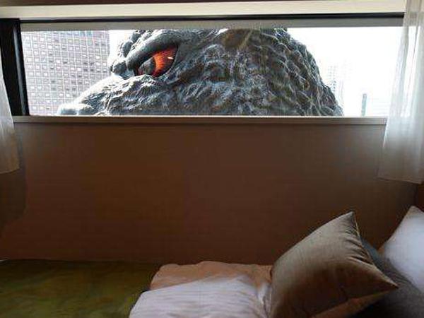 Hati-Hati, Menginap Di Hotel Ini Bisa Diintip Oleh Godzilla!