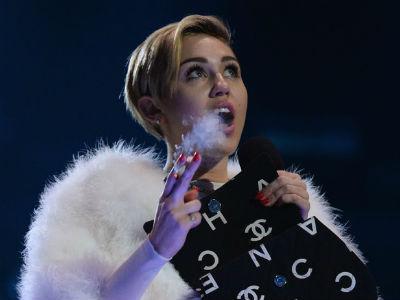 Bakar Ganja di Panggung MTV EMA 2013, Miley Cyrus Terancam Berurusan dengan Polisi Belanda!