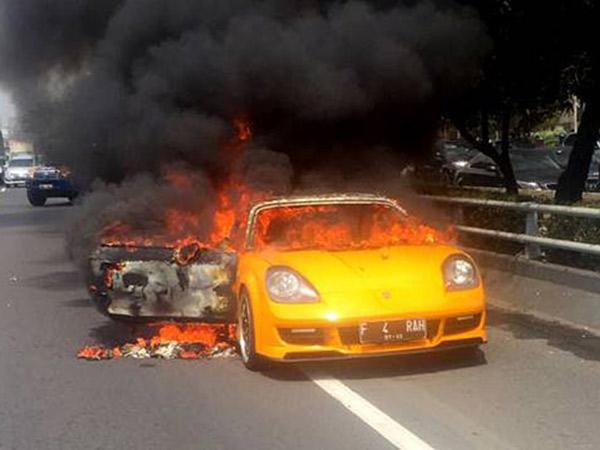 Mobil Sport Mewah Hangus Terbakar di Tol Dalam Kota Slipi