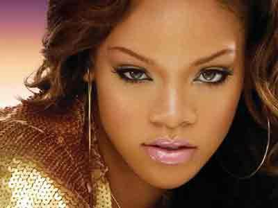 Foto Bersisik Kontroversial Rihanna