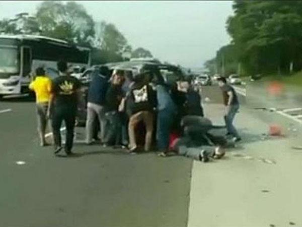 Fenomena Mirisnya Kelakuan Warga yang Justru Sibuk Foto-foto di Kecelakaan Maut Jagorawi