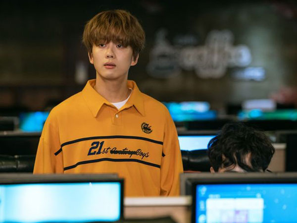 Penampilan Youngjae B.A.P Jadi Hacker Berselimut Penjaga Warnet di Drama Baru KBS
