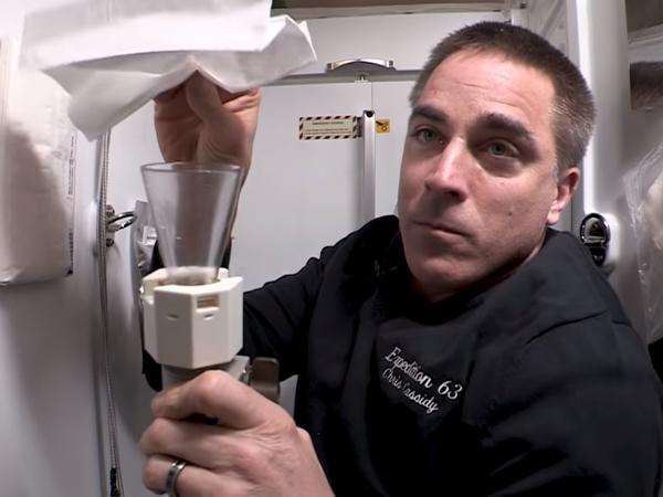 Ternyata Begini Cara Astronaut Buang Air di Luar Angkasa