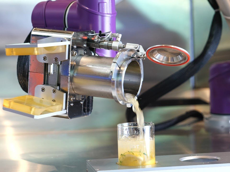 Nongkrong di Kafe Unik Konsep Social Distancing Dilayani Robot