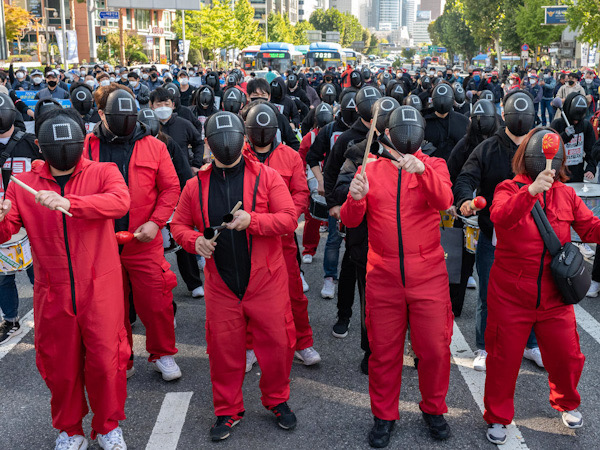 Dilaporkan Setengah Juta Serikat Pekerja Korsel Demo ke Jalan, Ada yang Pakai Kostum Squid Game