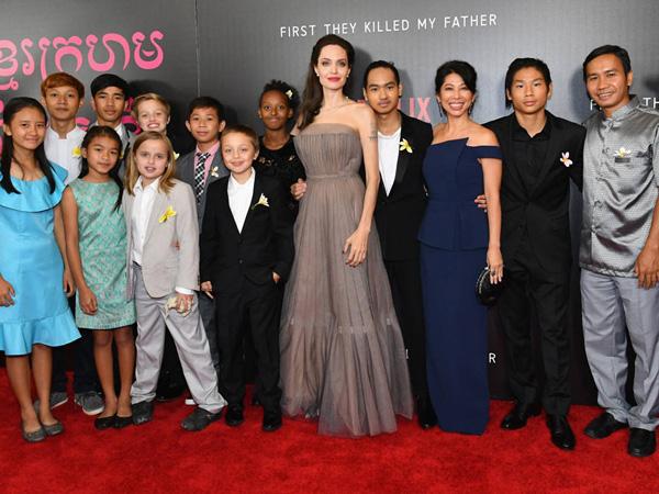 Ini Makna 'Bunga Kuning' di Baju Anak-Anak Angelina Jolie Saat Hadir di Red Carpet