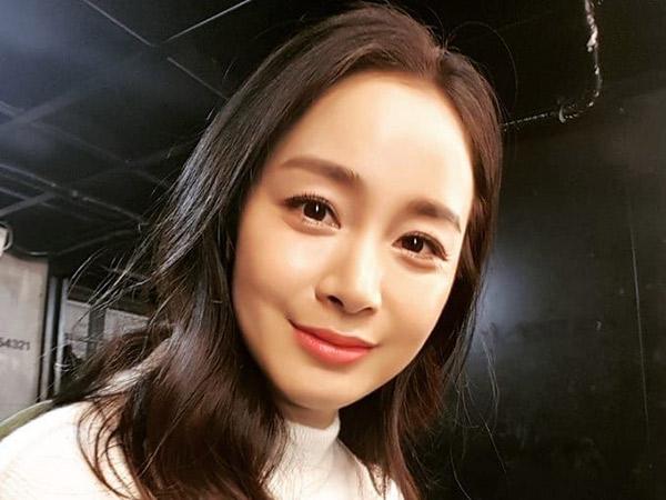 Postingan Selfie Perdana Kim Tae Hee Usai 5 Bulan Melahirkan, Makin Flawless!
