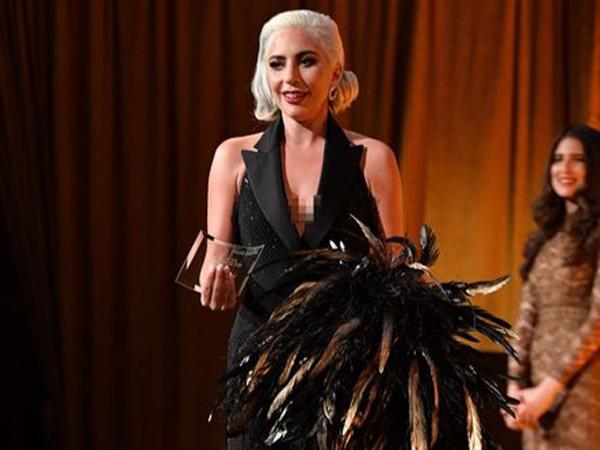 Tampilan Unik Lady Gaga di Red Carpet, Bawa Bulu Ayam?