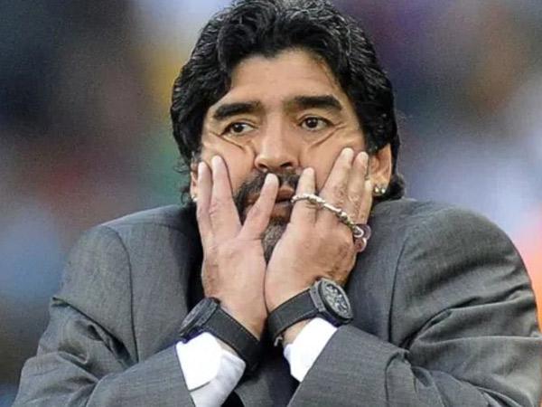 Alasan di Balik Kebiasaan Unik Diego Maradona Selalu Pakai Dua Jam Tangan