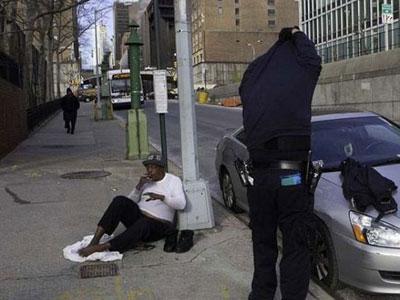Wow Polisi Ini Berikan Baju Hangat Untuk Tuna Wisma