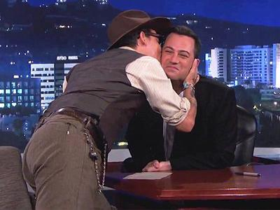 Johnny Depp Cium Seorang Pembawa Acara Pria