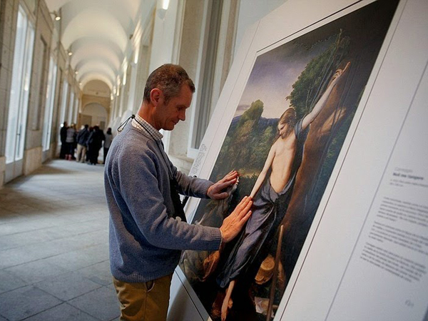 Pameran Seni 3D Ini Izinkan Pengunjungnya 'Lihat' Lukisan Melalui Sentuhan