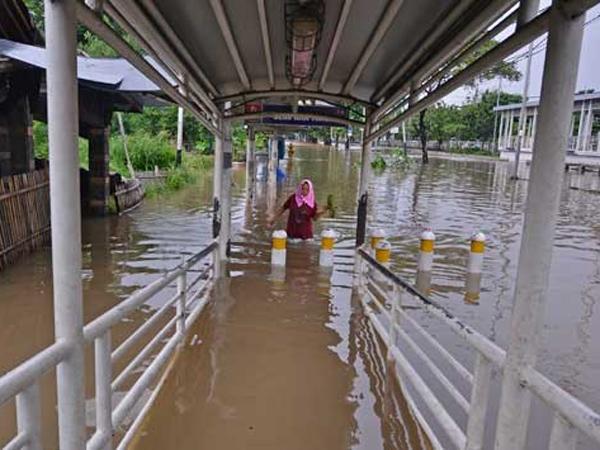 Diduga Penyebab Banjir, Ini Barang Aneh Yang Ditemukan di Saluran Air Jakarta Pusat
