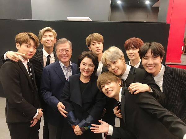 Akrabnya Momen Pertemuan BTS dengan Presiden Moon Jae In dan Ibu Negara di Paris