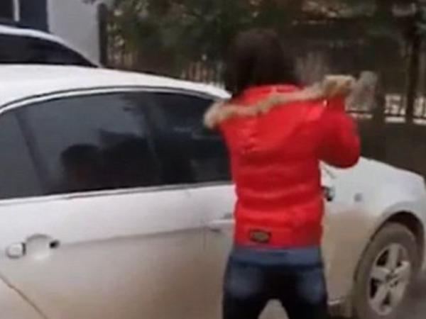 Istri Hancurkan Mobil Suami Karena Diselingkuhi Sedang Tren di China