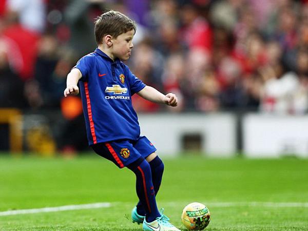 Ikuti Sang Ayah, Kai Rooney Layani Permintaan Tanda Tangan dan Foto Bareng Penggemar
