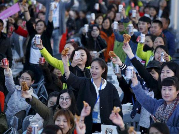 Terkena Dampak Drama Korea, Ratusan Orang China Makan Ayam Goreng dan Bir Bersama