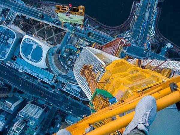 Berani Mati, Dua Pria Hindari Petugas Untuk 'Eksis' Di Ujung Menara Lotte World Seoul