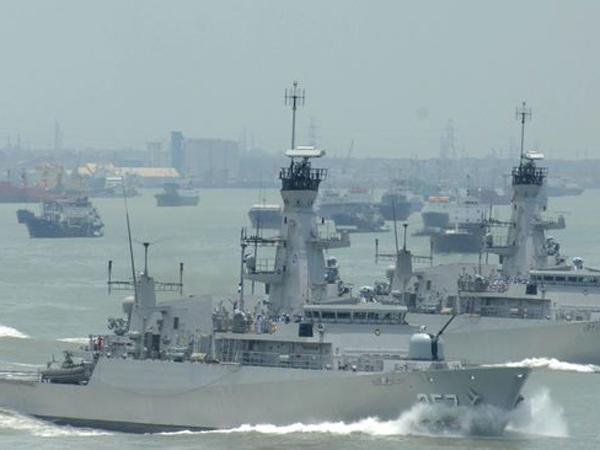Tegas 'Gertak' China Karena Sengketa Wilayah Indonesia, Jokowi Rapat di Atas Kapal Perang