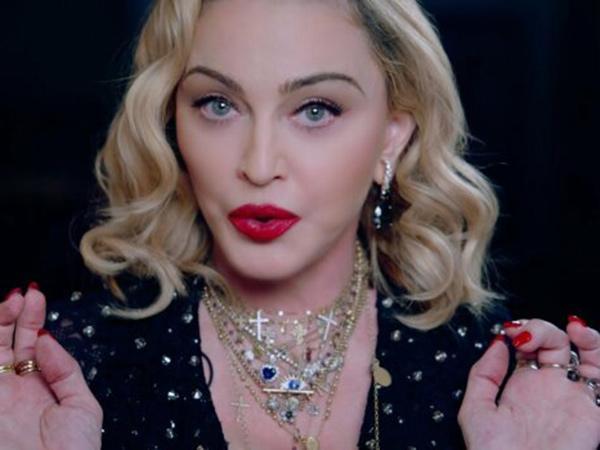Tertangkap Kamera Bermesraan, Madonna Kencani Seorang Penari 36 Tahun Lebih Muda