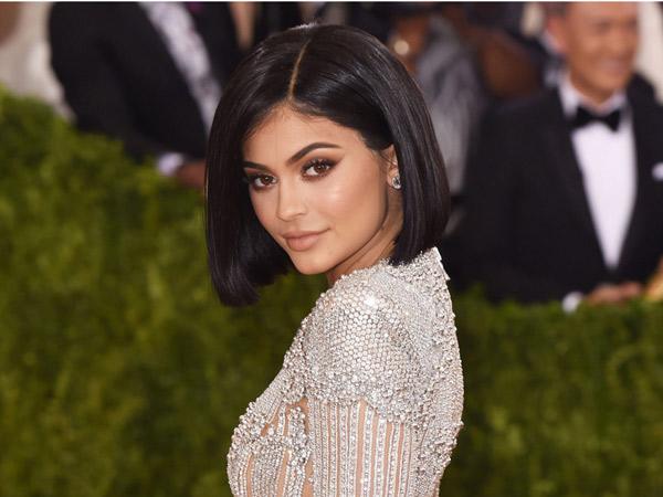 Kerap Tampil Seksi di Media Sosial, Kylie Jenner 'Dicap' Wanita Prostitusi?