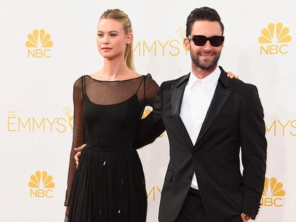 Makin Mesra, Adam Levine dan Behati Prinsloo Berciuman di Emmy Awards 2014!