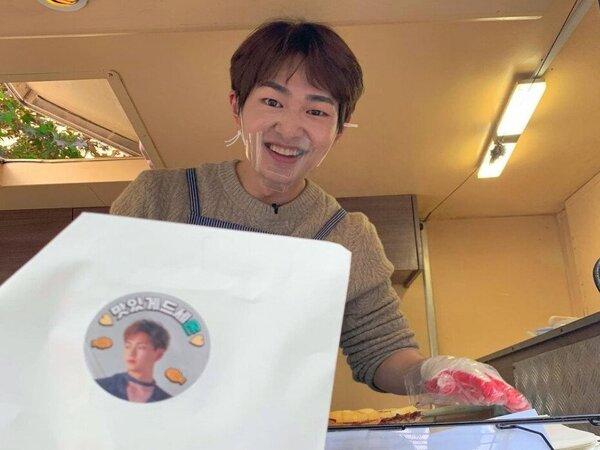 Heboh Onew SHINee Mendadak Jualan Kue di Depan Gedung SM