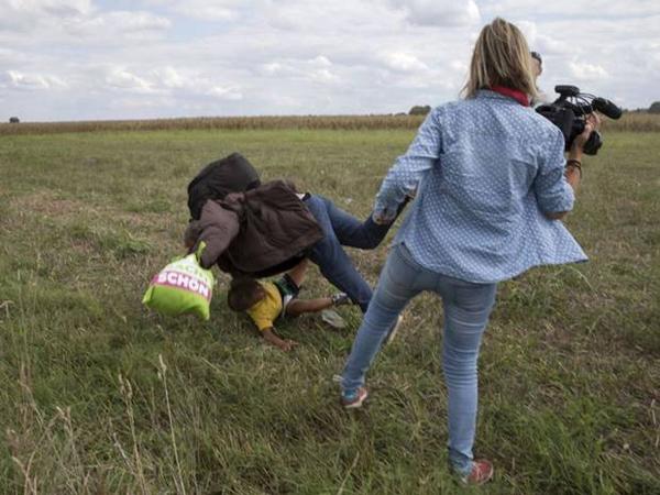 Tendang Pengungsi Saat Bertugas, Juru Kamera Wanita Ini Langsung Dipecat