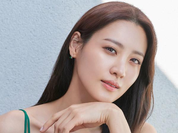 Aktris Claudia Kim Kabarkan Hamil Anak Pertama