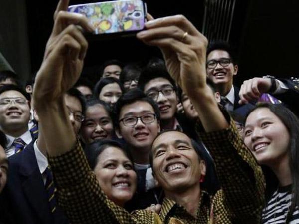 Alasan Mengapa Tak Boleh Rangkul Presiden Jokowi Saat Berfoto