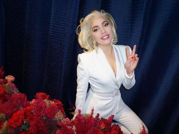 Sepuluh Bulan Pacaran, Lady Gaga Resmi Tunangan!
