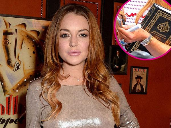 Tertangkap Kamera Membawa Al-Qur'an, Lindsay Lohan Belajar Ajaran Islam?