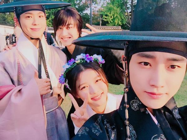 Wah, Jinyoung Dikejutkan dengan Kehadiran Rekan 'Moonlight Drawn by Clouds' Saat Latihan