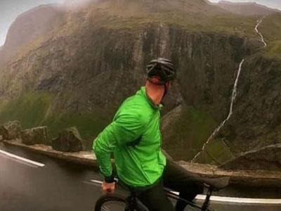 Wow, Pria Ini Turuni Gunung Dengan Sepada Mundur