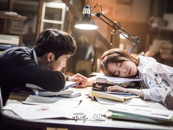Susul 'Legend of the Blue Sea', Drama Medis-Romantis SBS Ini Juga Tembus Rating 20%!