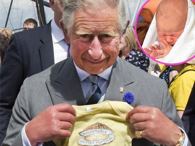 Demi George, Pangeran Charles Rela Berpose dengan Baju Bayi!