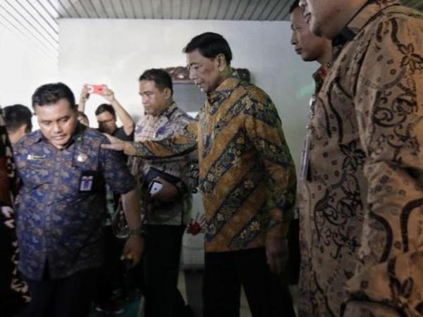 Momen Wiranto Keluar RSPAD Sementara untuk Perpisahan di Kemenko Pulhukam