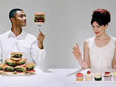 Pria Cenderung Makan Lebih Ketika Bersama Wanita