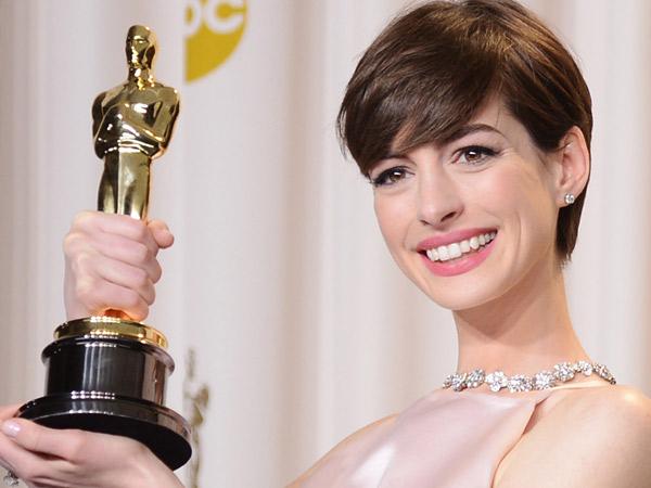 Menang Oscar Berkat 'Les Miserables', Anne Hathaway Hanya Pura-Pura Senang?