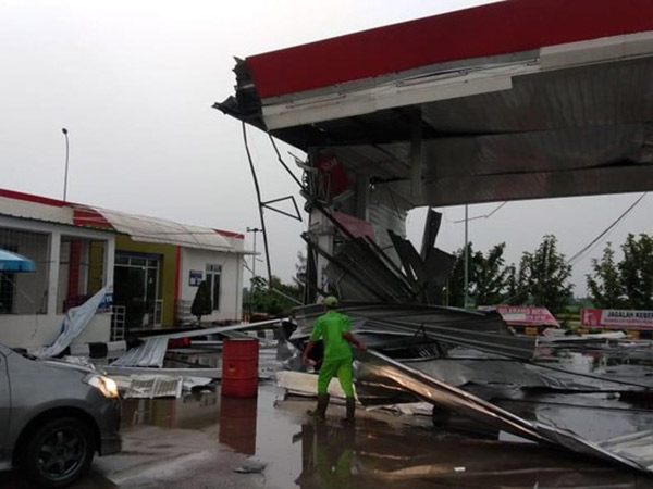 Viral Video Dahsyatnya Badai di Tol Cipali: Barang Berat Hingga Orang Terlempar