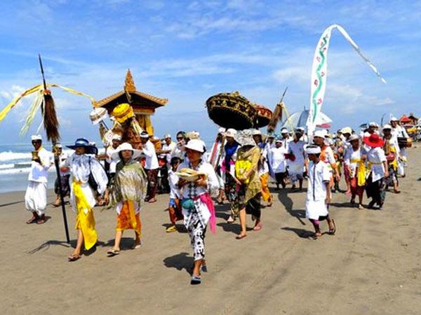 Jelang Hari Raya Nyepi, Apa Upacara Sakral Yang Digelar Ribuan Umat Hindu di Pantai?